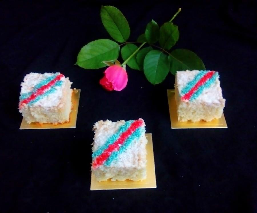 عکس کیک وانیلی با روکش نارگیلی