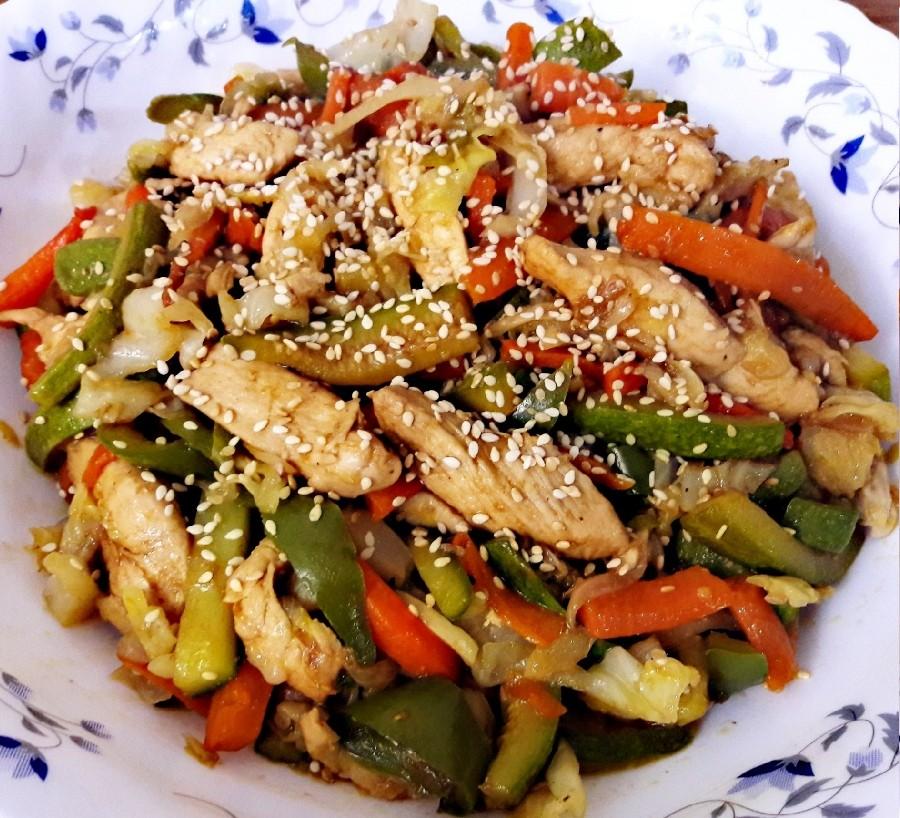 عکس خوراک مرغ و سبزیجات