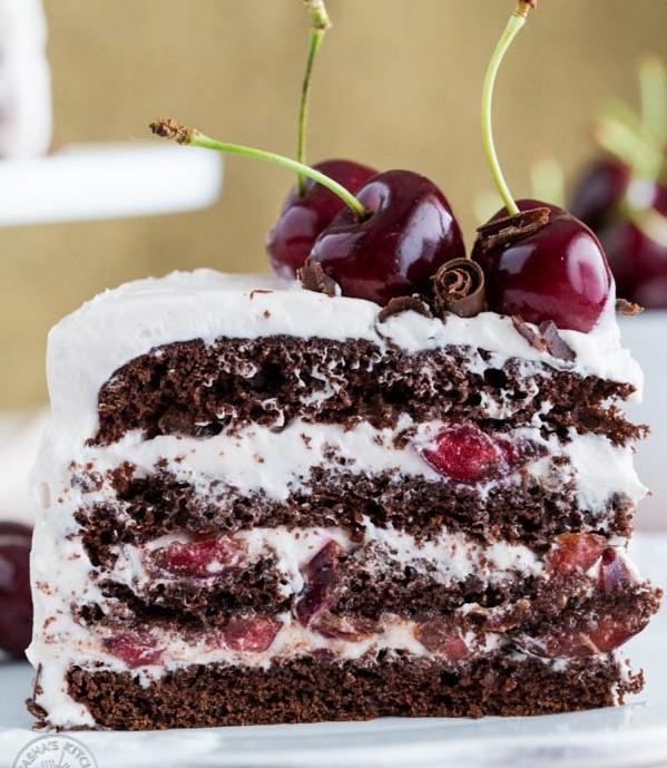 عکس کیک شکلاتی آلبالویی با خامه مخصوص
