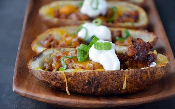 عکس سیب زمینی تنوری شکم پر با سوسیس و پنیر